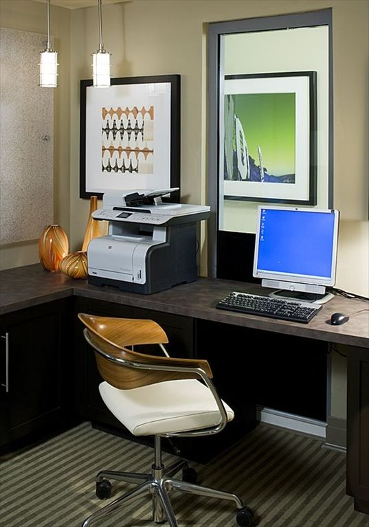 E lounge with 2 computers, printer and fax machine