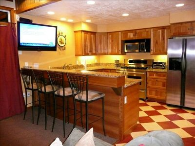 Three Kings condo rental - Gourmet Kitchen, Flat Screen TV, bar seats 4, Dining room table seats 6