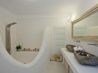Villa 6: Well decorated bathroom with huge shower