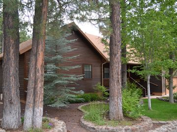 Pinetop house rental - Front of house with grass for the kids and horseshoe pit to the left