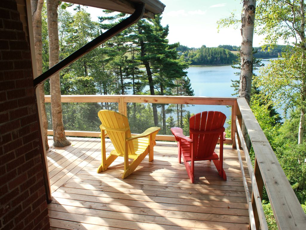Highview three season cottage 3 bedroom 1 vrbo for Waterfront deck ideas