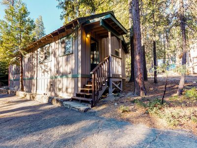 Cozy cabin for two with furnished patio - close to the village and the lake!