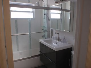 Long Beach apartment photo - Full Bathroom w/Rain Shower Head