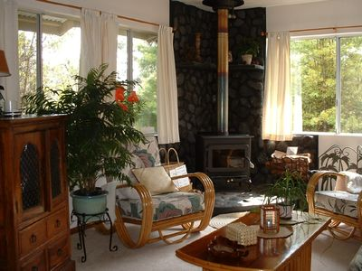 Volcano cottage rental - Lumi ho'okipa - Living room with a fern forest view