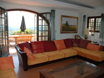 very spacious living room with St. Paul and sea view