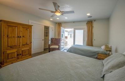 Upstairs room w/ spacious closet, private balcony, TV, Twin & Queen Bed