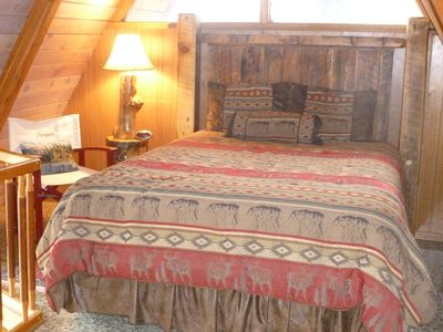 LARGE LOFT BEDROOM, QUEEN BED, WAKE UP TO VIEWS OF MOUNTAINS AND LAKE