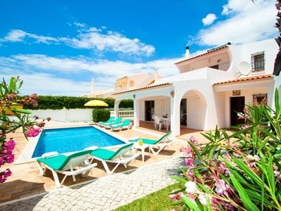 Walking distance to the beach and Restaurants, FREE air conditioned & Wifi