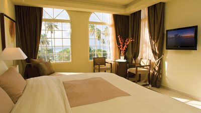 MASTER SUITE VILLA BEDROOM VIEW TO THE OCEAN AND POOL