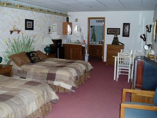 Branson townhome photo - Lower Safari Room w/private bath, dining, coffee;