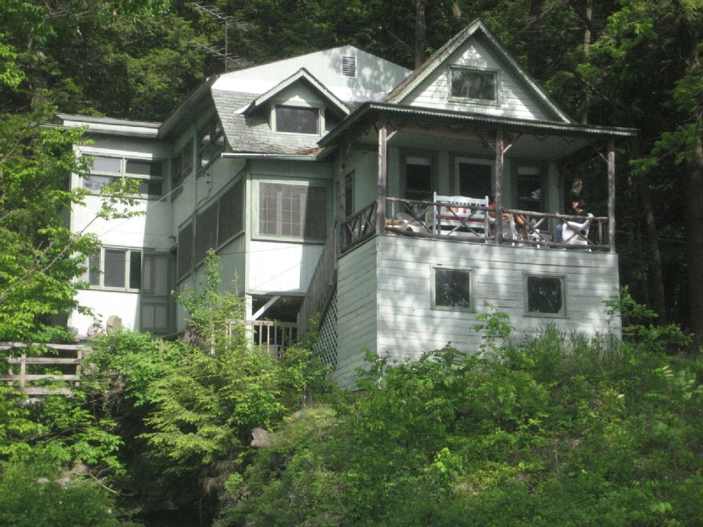 Charming cottage overlooking lake homeaway watkins glen for Cabin rentals vicino a watkins glen ny