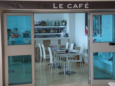 On-site cafe/ restaurant offering also pool and room service