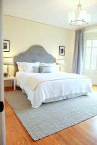 San Francisco condo rental - A pair of twin beds with a lively pop of color.