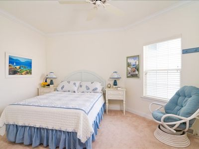 Island themed Queen guest room with Select Number bed