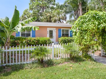 Old Naples Luxury Cottage - Walk to Beach and Fifth Ave !