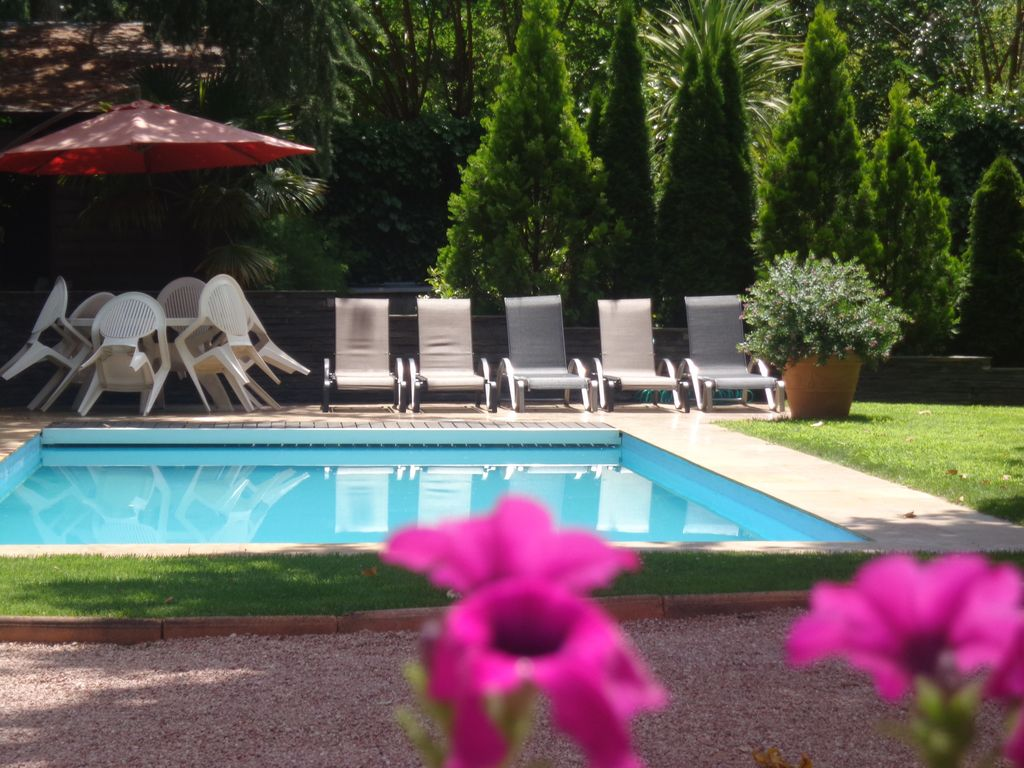 Torrelodones: House with shared garden and pool 25 min from Madrid. Wifi