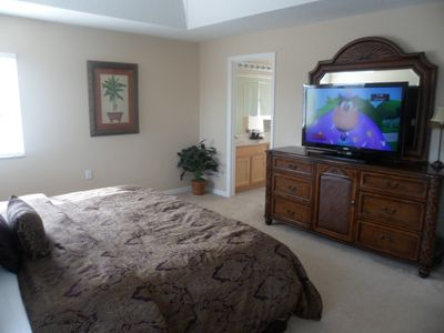 Huge king master bedroom with LCD HDTV and ensuite with tub and shower