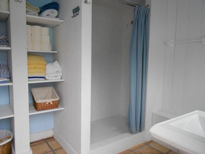 Stinson Beach house rental - 1st floor bath; Ralph Lauren bath towels provided (beach towels not included)
