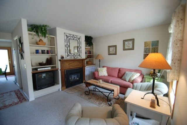 Warm inviting condo fireplace deck mtn vrbo for Warm inviting living room ideas