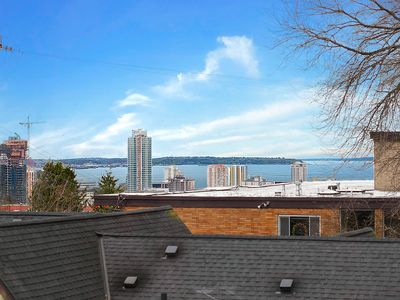 """View Apartment on quiet street w/FP, WA/DR, 55"""" TV, King Bed close to Light Rail"""