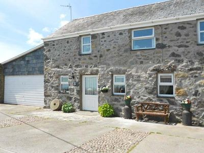 TAN Y FRON, pet friendly, with a garden in Llanbedrog, Ref 31045