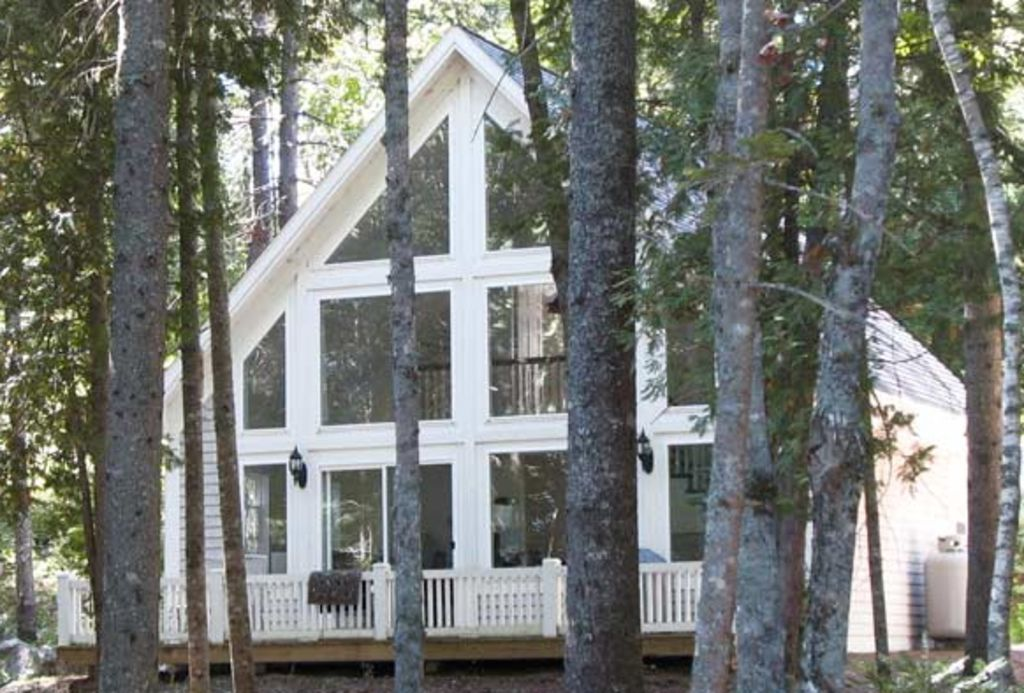 Elegant lakefront chalet and Maine's Blue Sky Summer = Perfection!
