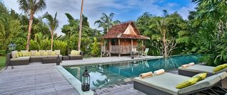 Jimbaran villa photo - Saltwalter pool with comfortable Sunbeds, with a antique Pool Pavilion
