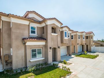 Anaheim house rental - 2 Side by Side Vacation Rentals 4 Ur Team Or Reunion! Rent one or rent both!