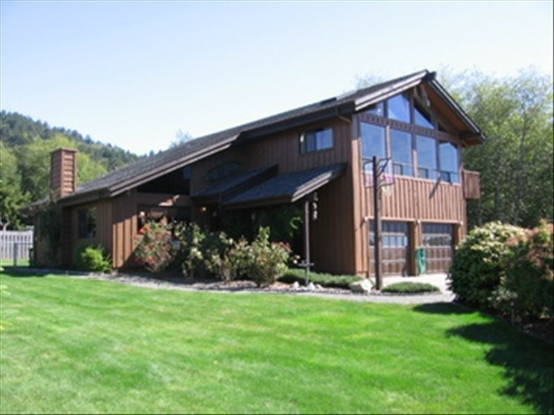 Winchuck river lodge family friendly space vrbo for Cabin rentals brookings oregon