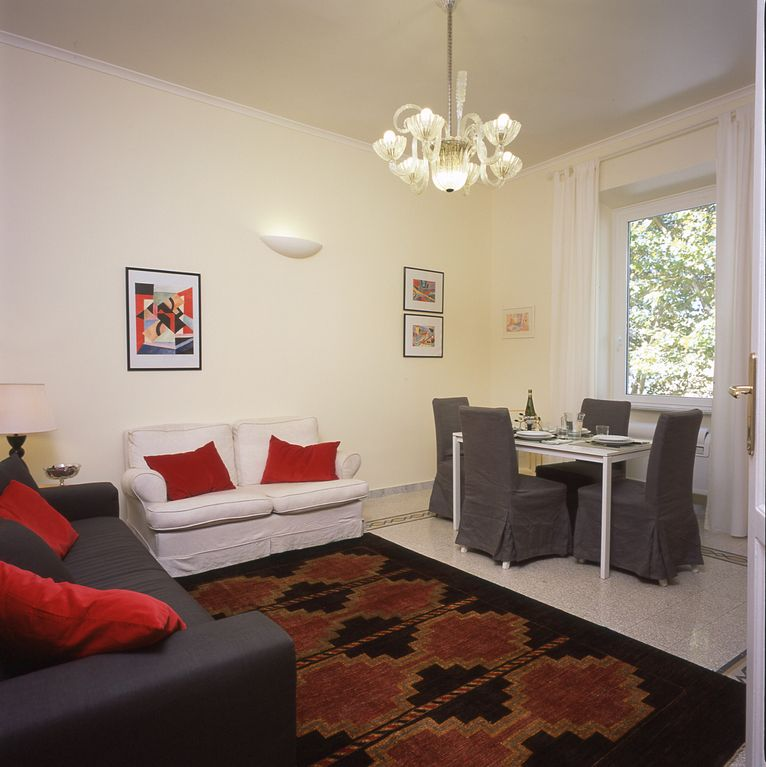 Apartment for 2-4, 200mts to Vatican Museum, 50mts metro, wifi, A/C, TV SAT free