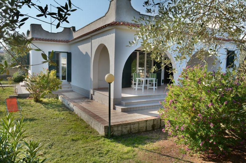 Villa natasha with garden at torre colimena homeaway for for Giardini case moderne