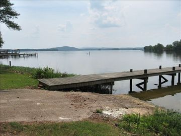 Weiss Lake cabin rental - Boat ramp and pier have mountains in background