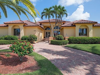 Open the door to this 5 BR luxurious home and let your vacation begin!