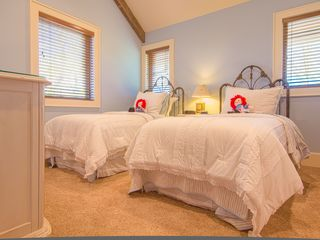 Franklin lodge photo - Second floor bedroom has two twin beds, en suite bathroom. Luxury linens!