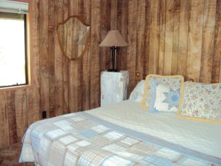Payson cabin photo - Master bedroom with walk in closet and full bath