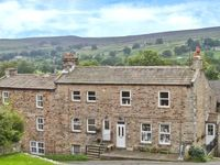 ALPINE COTTAGES NO 4, pet friendly, with hot tub in Reeth, Ref 28826