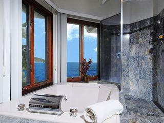 Honolulu house photo - Relax in the master bath jacuzzi tub while enjoying the ocean breeze