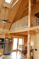 Jamestown cabin photo - Light and spacious design - tastefully decorated