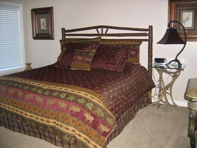 Comfy King bed and lots of space! Discounted rates! Large rooms!