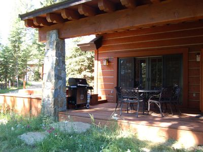 Tamarack cottage rental - Private hot tub, gas BBQ and large dining table, 6 chairs, 7th folding chair