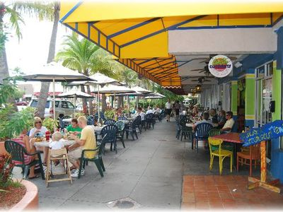 Cosmopolitan and world famous shopping - St. Armands Circle (10 min drive).