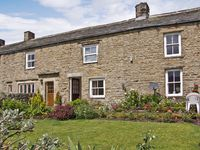 MARGARETS COTTAGE, pet friendly, with a garden in Low Row, Ref 4209