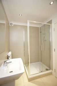 Victoria apartment rental - En suite bathroom