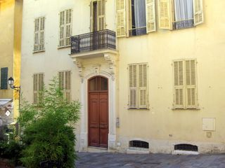 Villefranche-sur-Mer apartment photo - Entrance to the building and exterior facade