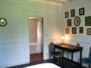 "Naujan-et-Postiac farmhouse photo - ""La chambre bleue"": guest bedroom with en suite full bathroom."