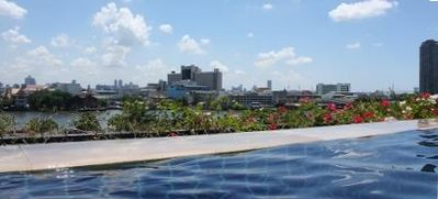 Infinity pool facing the chaophraya