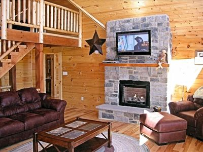 Spacious great room and gas fireplace Luray Virginia Log Cabin Rental