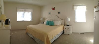 Master Bedroom w King Bed, Full Bath & Walk-In Closet