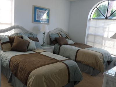 Beautiful 3 Bedroom House On Lake With Screened In Porch