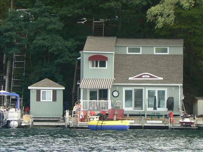 Adorable Keuka Waterfront Cottage, Steps to the Water.